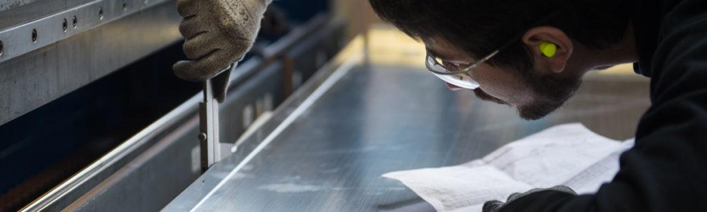 industriel avec lunettes de protection mesure une cote