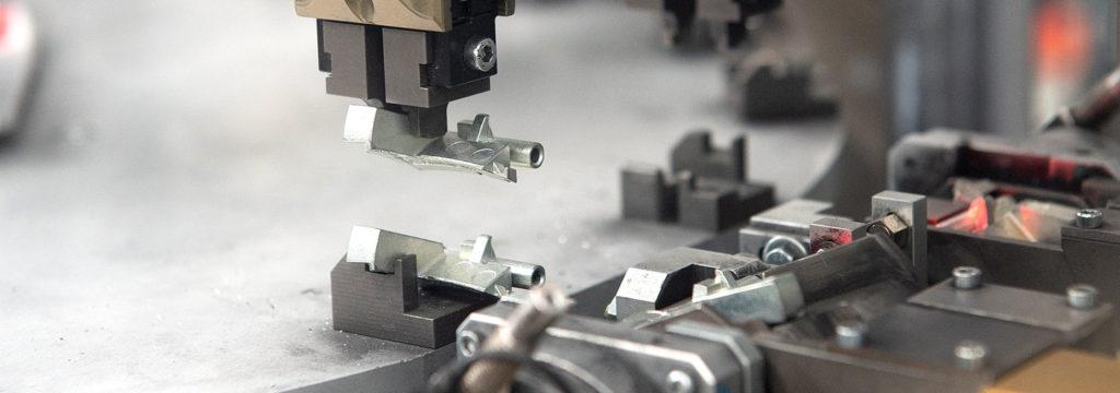 machine industrielle en fonctionnement une pièce usinée est déplacée